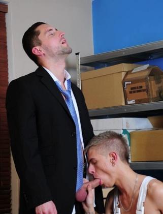 Mark Henley de rodillas chupa el gordo pico de Dominic
