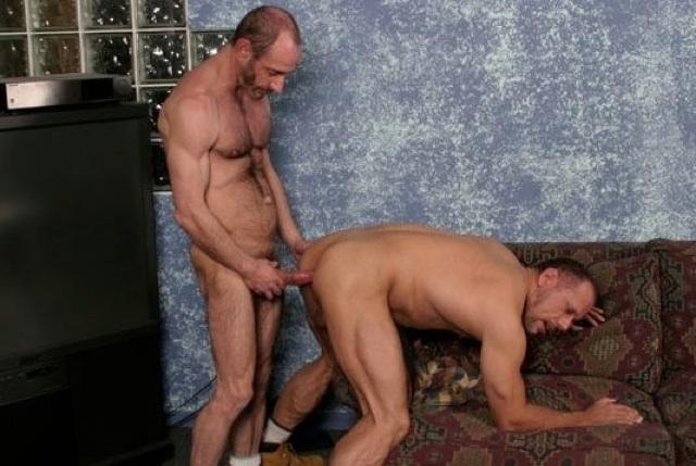 Anthony DeAngelo mete su pico sin condón dentro de Cameron Cruise, su esposo