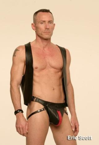 Eric Scott, un macho vestido de cuero