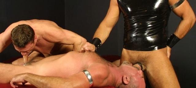 Papi peludo hace que le chupen la polla mientras se lo mama a un maduro en latex