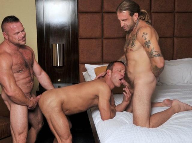 Peter listo para encular a Chris mientras Chris le chupa la pija a Greg