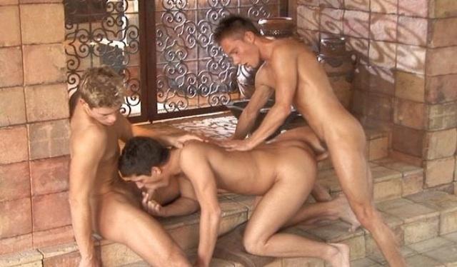 Jovencitos lampiños y musculosos chupan y follan en un sauna
