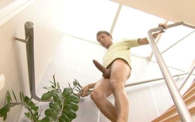 Trevor Yates baja las escaleras con una polla dura como una piedra
