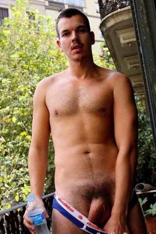 Joven peludo baja sus shorts y nos muestra una verga enorme