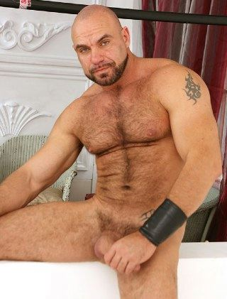 Rugged dude Axel Ryder naked