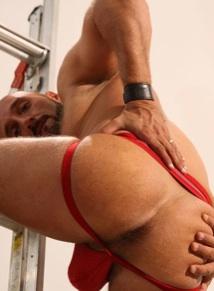 El culo pelduo de Pedro en un suspensorio