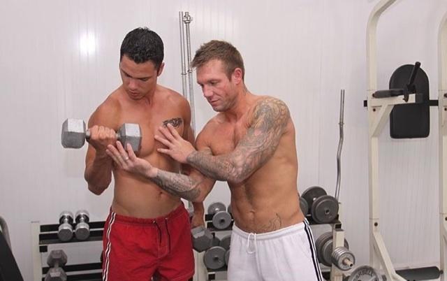 Tyler Ford, el joven sin camisa, se entrena con Bo Dean