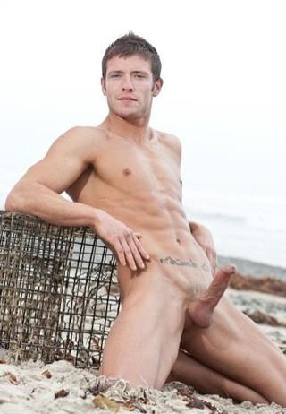 Joven definido y musculoso Kevin Crows