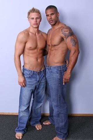Brady Jensen y Robert Axel sin camisa