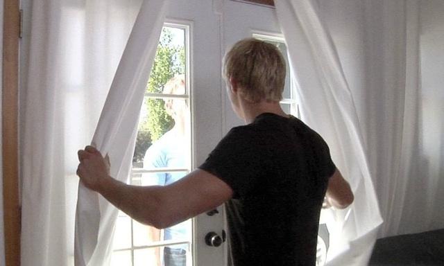 Brady espera a Landon en la puerta
