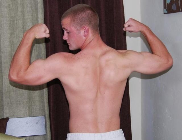 Ian flexiona sus biceps para la cámara