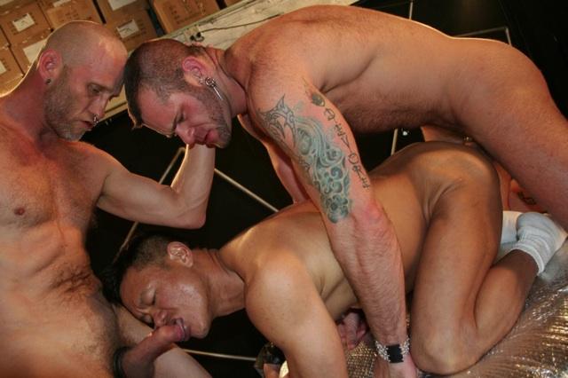 Spit recibe una mamada mientras Tober encula sin condón a un asiático musculoso.