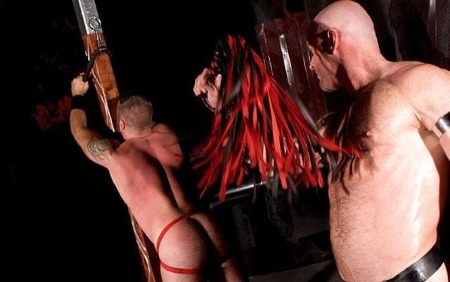 Danny es azotado por el dominante Ken, su rico culo rojo, mientras es maniatado