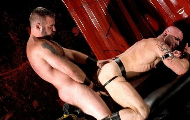 Danny Man inserta su verga en el culo estrecho y musculoso de Ken Braun