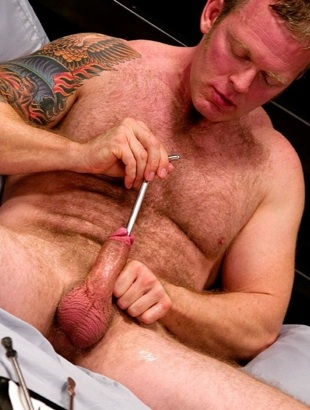 Beefy daddy Lee Dakota inserts a thick rod into his cock