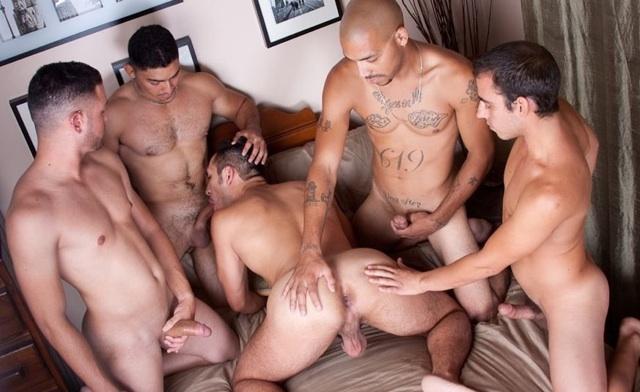 4 machos gays dispuestos a cojerse a Diego sin condón