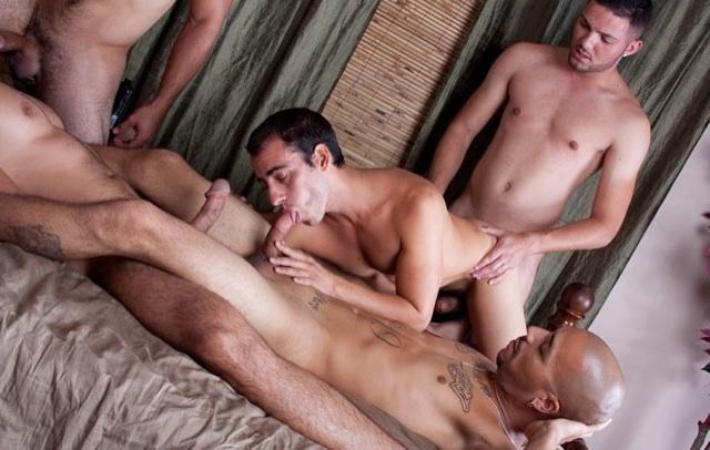 Michael se folla a Dorian mientras se chupa la verga de Leo