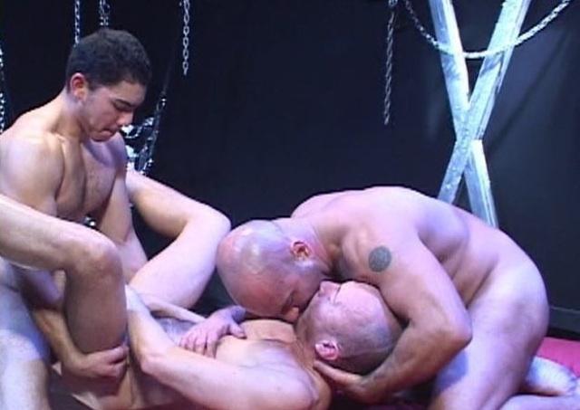 Miguel culeando a Jayson mientras besa a Patric