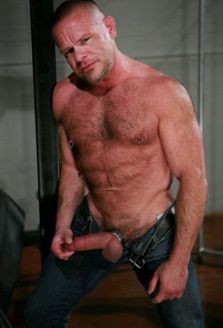 El papi corpulento y peludo Peter Acel en jeans con su verga colgando.