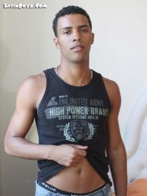 Latino morocho muestra sus abdominales