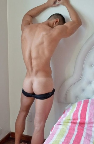 Ripped Latin jock shows off his smooth bublle butt