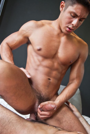 Smooth muscle bottom jacks off while riding raw dick
