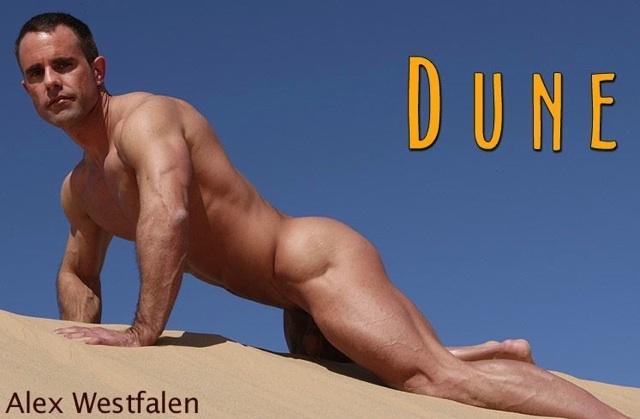 Alex Westfalen desnudo en una duna