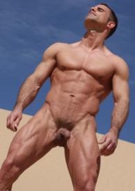 Alex Westfalen al sol, desnudo