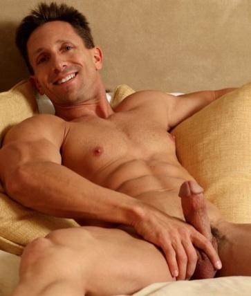 Aaron Austin sonriendo en la cama