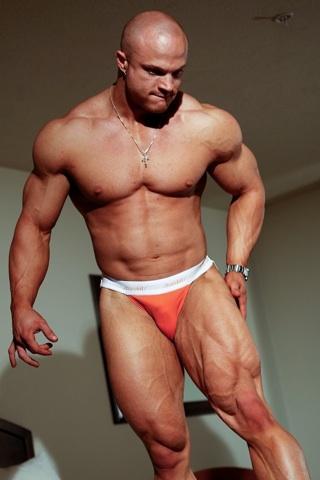 Culturista Kyle Stevens en ropa interior mostrando sus piernas musculosas