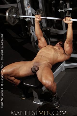 Culturista negro construye más músculos