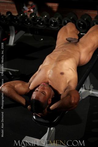 Negro sabroso descansa entre sesiones de ejercicio