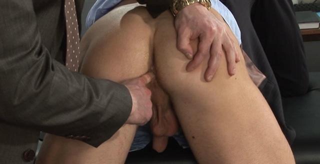 El culo apretado de Neil Stevens abierto con los dedos