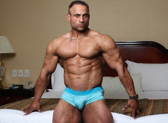 Gil Dela Cruz posa en ropa interior