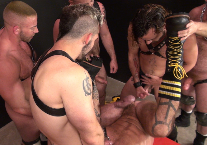 Lukas Cipriani dumping a load on Ray Dalton's hole during a gangbang
