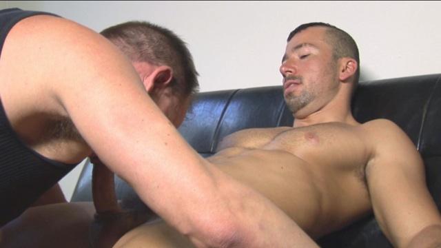 Chris chupa la polla sin circuncidar de Dominik antes de follarlo