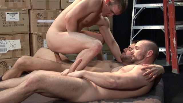Mason se sienta en la poderosa pichula de Brandon mientras Owen se pajea