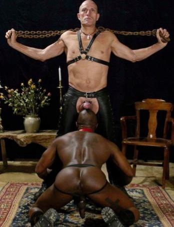 Amo Latino es servido por un negro musculoso