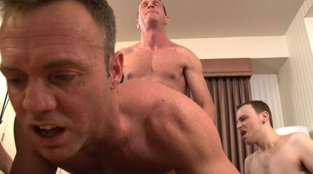 Kurt suelta su leche en el culo de Jay mientras Felch observa
