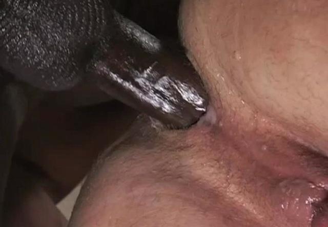 Polla negra y erecta bota la leche en el agujero de Mark
