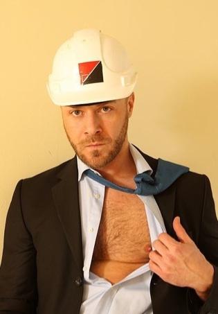 Nathan Price, peludo y con barba de varios días, en traje