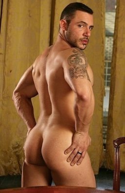 Beefy stud shows his hot ink and smooth ass