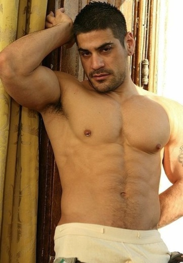 Macho gay musculoso y pierceado con piercing en la ceja y piercing en la tetilla