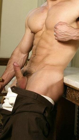 Chico sabroso juega con su piercing en su pecho velludo