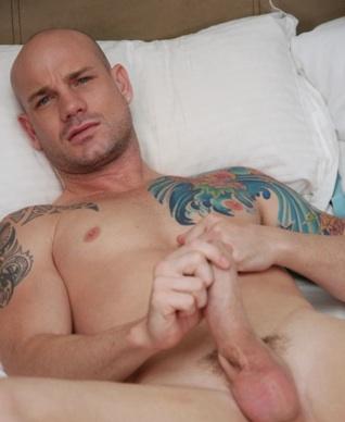 Precioso macho de ojos azules Kurt Rogers se masturba