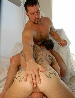 Vinnie plays with Logan's hot hole while getting head