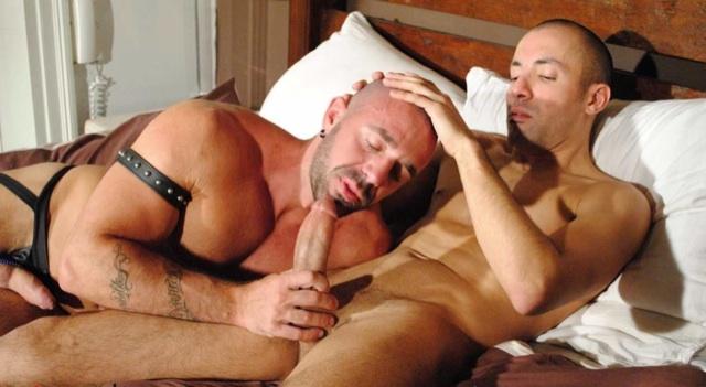 Zach empuja a Jorge para que trague su portentosa verga