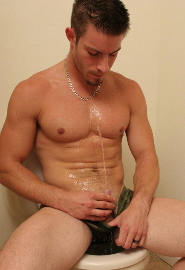 фото писающих голых мужчин