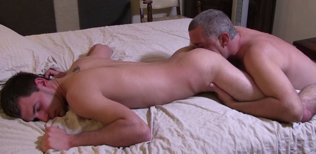 Lean str8 dude gets rimmed by a graying daddy