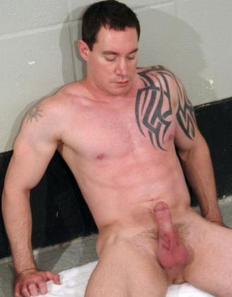 Tatuado Jason Mitchell con la poya dura